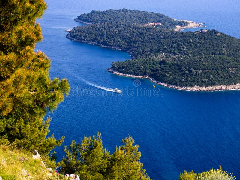 Bunte Draufsicht von Mittelmeer, von Insel und von Yacht lizenzfreie stockfotos