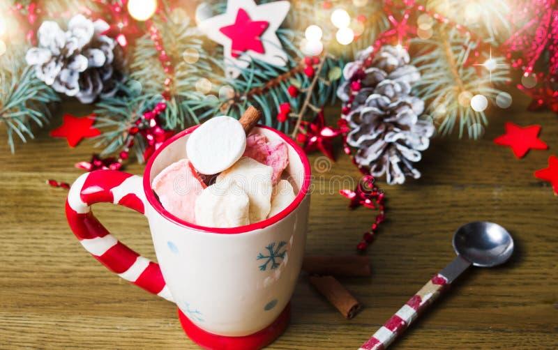 Bunte Eibische mit Weihnachtsbaum lizenzfreie stockfotos