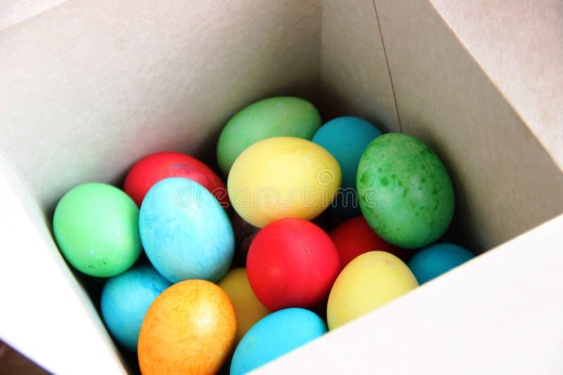 bunte Eier der Lose in einem weißen Kasten lizenzfreie stockfotos