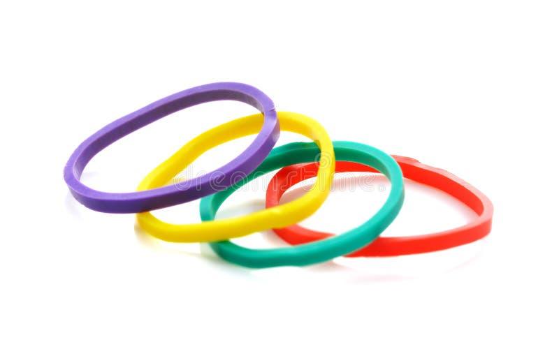 Bunte elastische Gummibänder lokalisiert auf einem weißen Hintergrund stockbild