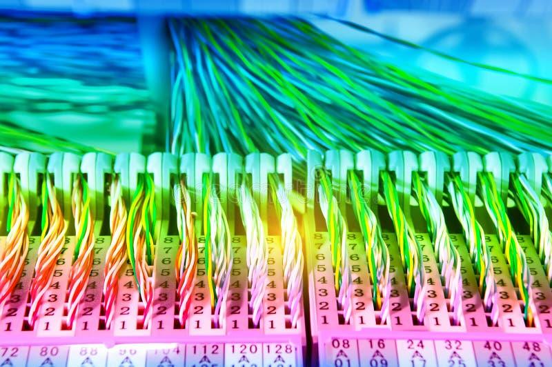 bunte elektrische Drähte und Kabel lizenzfreie stockbilder