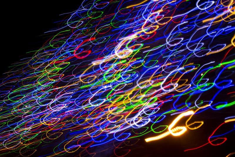 Bunte elektrische Lichter in der Bewegung über Schwarzem lizenzfreie abbildung