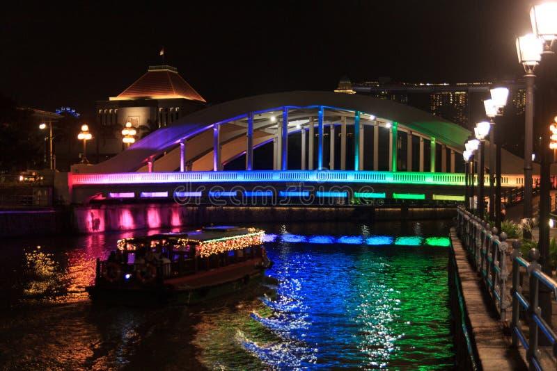 Bunte Elgin-Brücke nachts in Singapur lizenzfreies stockbild