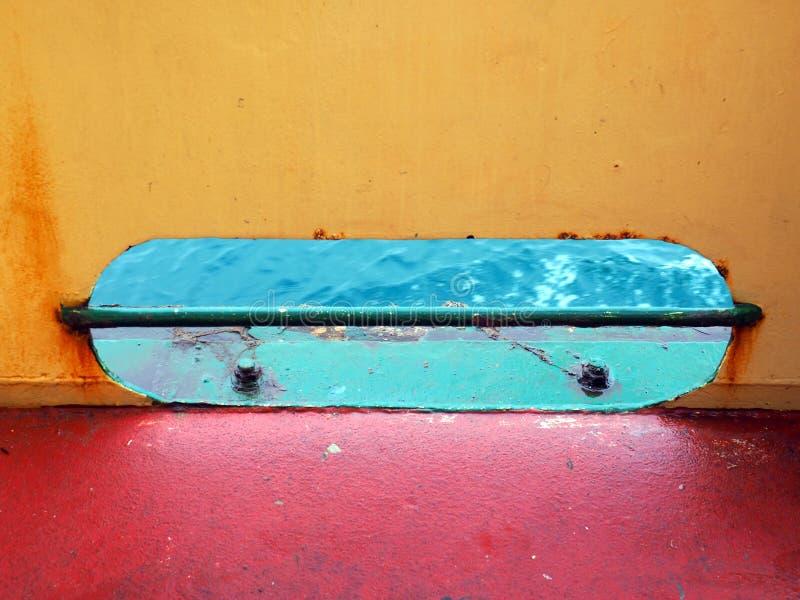 Bunte Entwässerungs-Schleuse auf Schiffs-Dollbord stockbild