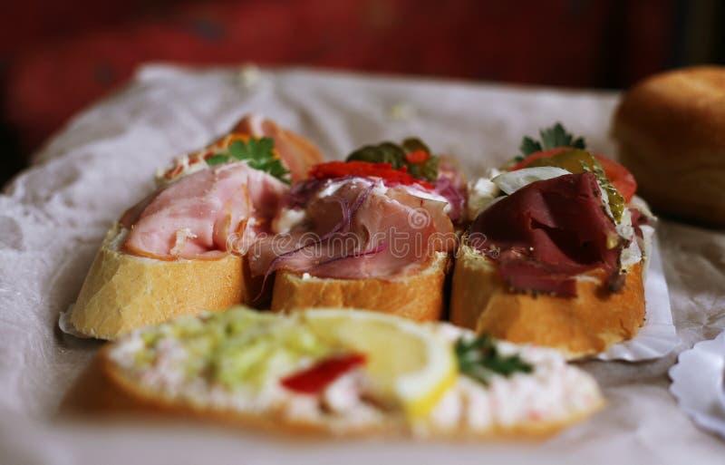 Bunte europäische Sandwiche auf einer Tabelle lizenzfreie stockfotos