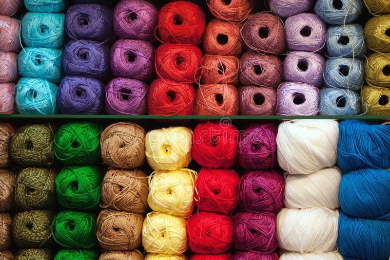 Bunte Faden Auswahl der bunten Garnwolle auf shopfront Strickender Hintergrund, viele B?lle Strickgarn für lizenzfreie stockfotografie