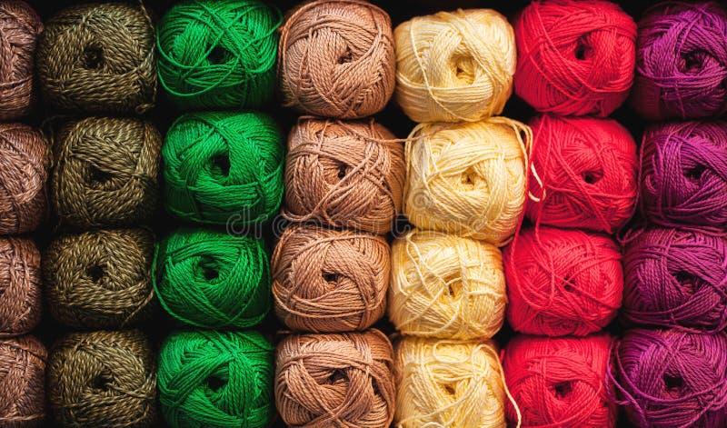Bunte Faden Auswahl der bunten Garnwolle auf shopfront Strickender Hintergrund, viele B?lle Strickgarn für lizenzfreies stockfoto