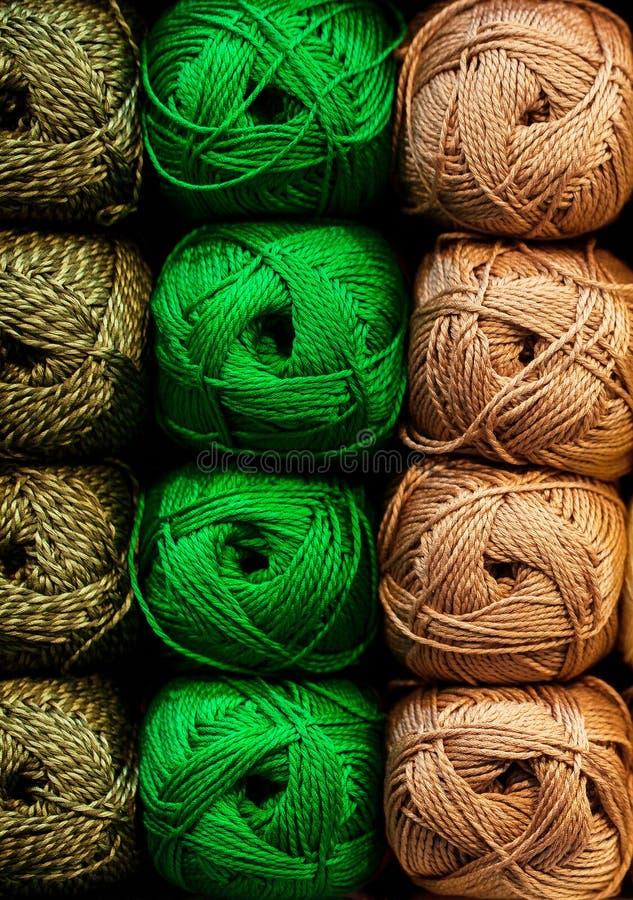 Bunte Faden Auswahl der bunten Garnwolle auf shopfront Strickender Hintergrund, viele B?lle Strickgarn für lizenzfreie stockbilder