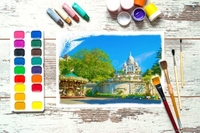 Bunte Farben mit Bürsten und a mit einer unfertigen bunten Zeichnung einer Landschaft auf einem Stück Weißbuch, Gouache, watercol lizenzfreie stockfotografie