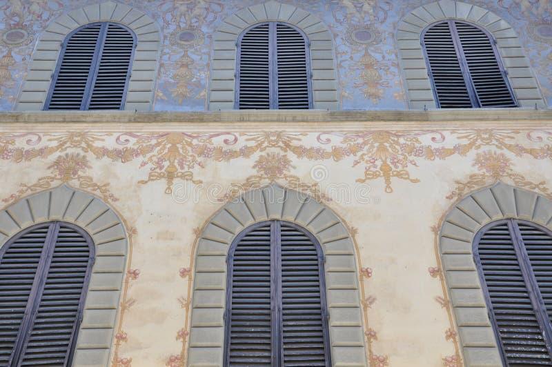 Bunte Fassade des Hauses stockfotografie