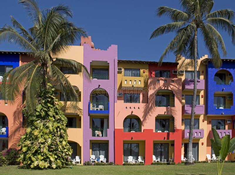 Bunte Fassade eines tropischen Rücksortierunggebäudes lizenzfreie stockbilder