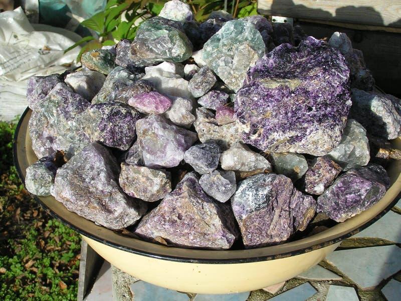 Bunte Felsen in einer Schüssel lizenzfreie stockbilder