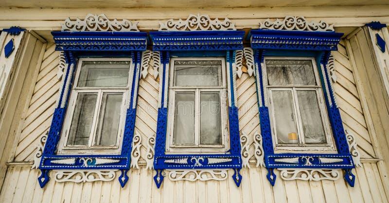 Bunte Fenster eines traditionellen russischen hölzernen Landhauses in Suzdal stockfotos