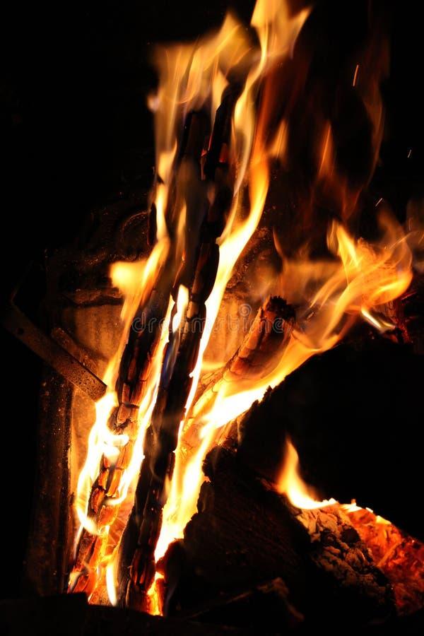 Bunte Feuerflammen nachts lizenzfreie stockfotografie