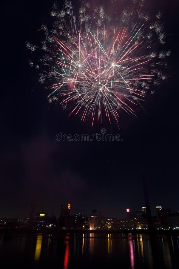 Bunte Feuerwerke über Fluss Mississipi in im Stadtzentrum gelegenem Minneapolis auf Juli 4. lizenzfreies stockbild
