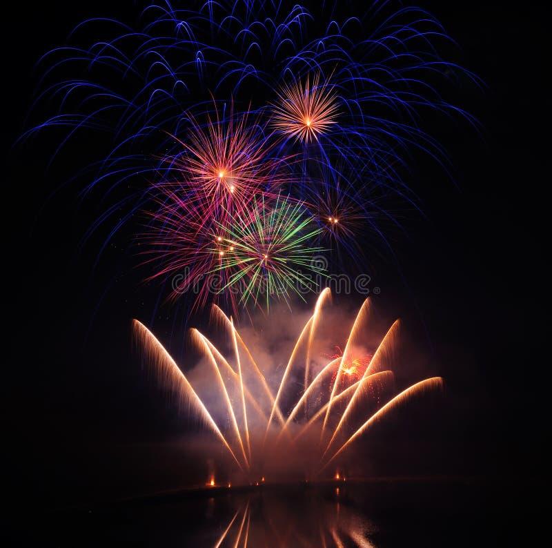 Bunte Feuerwerke lizenzfreie stockbilder