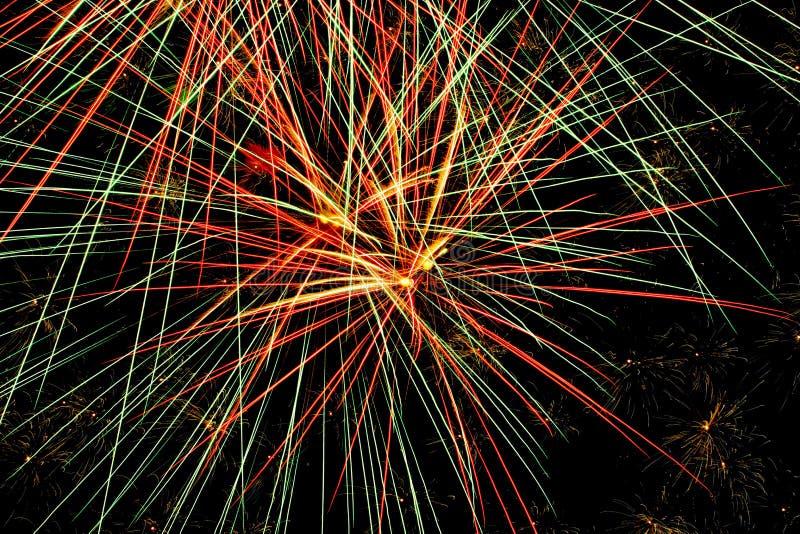 Bunte Feuerwerke auf einer Sommer-Nacht lizenzfreie stockbilder