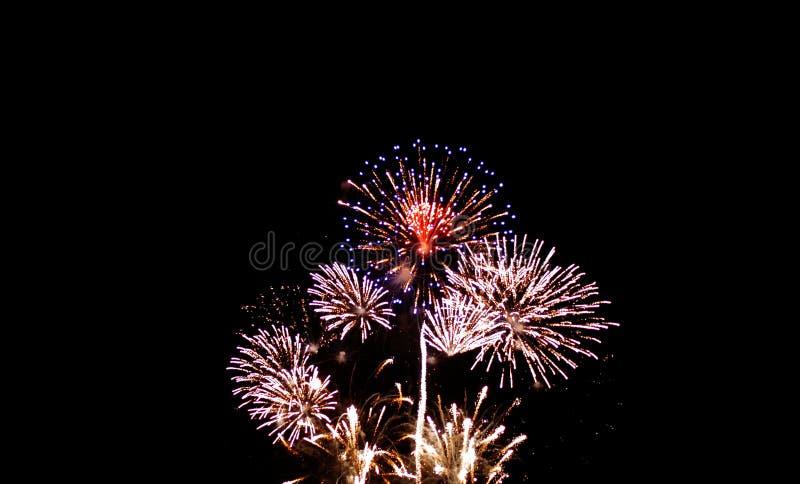 Bunte Feuerwerke auf nächtlichem Himmel mit Schein stockfoto