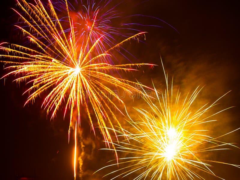 Bunte Feuerwerke im nächtlichen Himmel Guten Rutsch ins Neue Jahr-Feier abstrackt Hintergrund stockfotografie