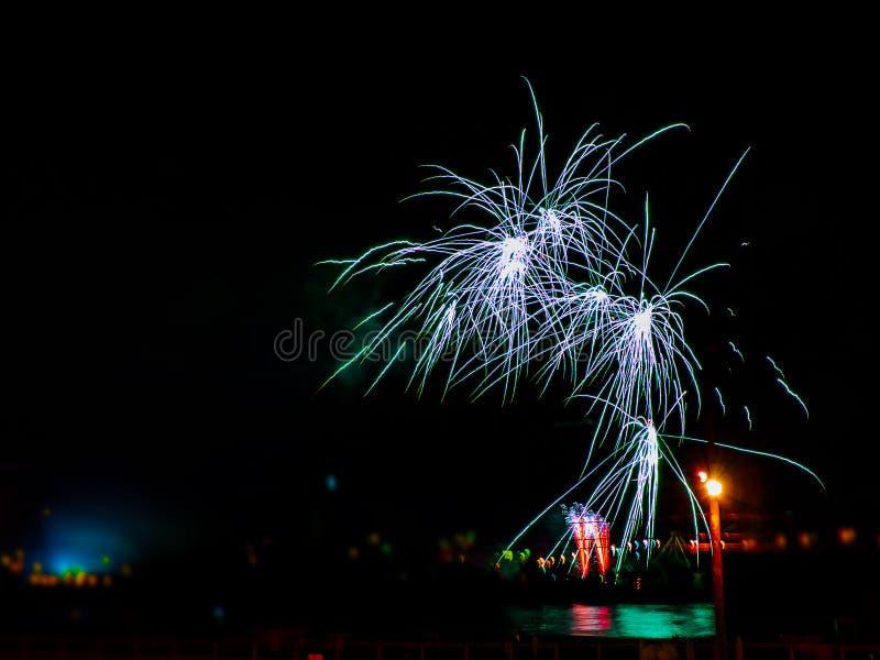 Bunte Feuerwerke mit mehrfachen Explosionen gegen bewölkten Himmel stockfotos