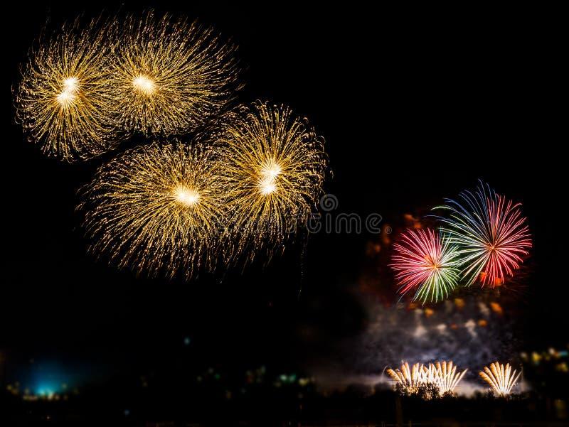 Bunte Feuerwerke mit mehrfachen Explosionen gegen bewölkten Himmel lizenzfreie stockfotos