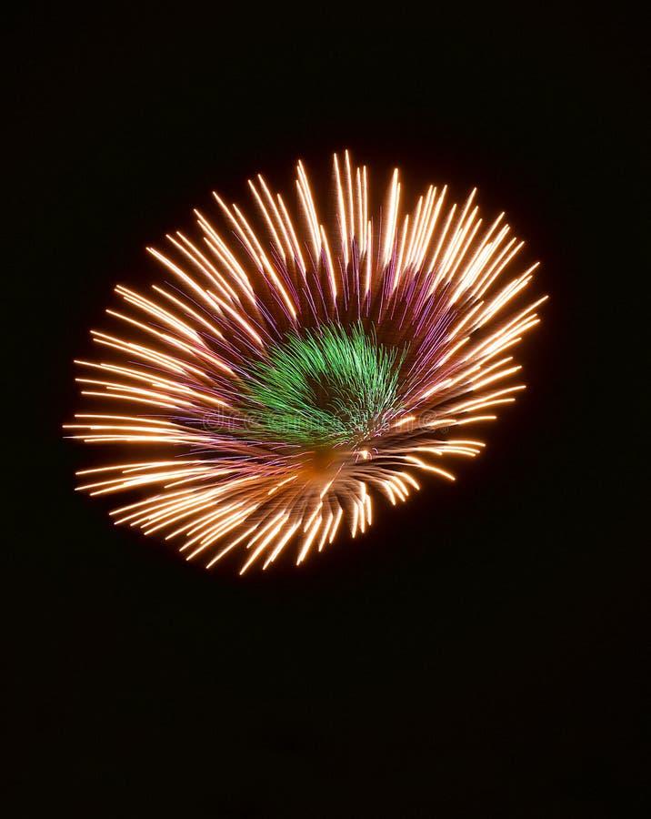 Bunte Feuerwerke oben lokalisiert im dunklen Hintergrundabschluß mit dem Platz für Text, Malta-Feuerwerksfestival, 4 von Juli, In stockbild