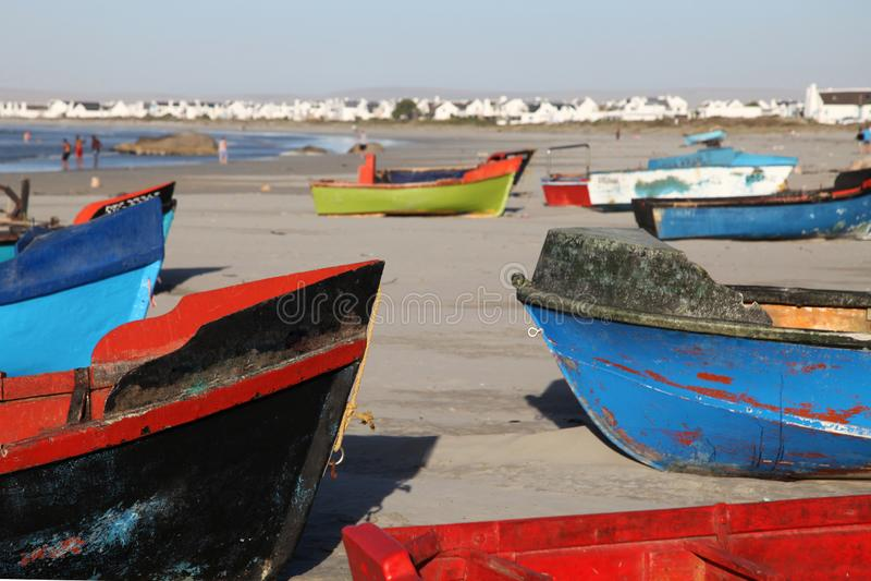 Bunte Fischerboote auf dem Strand am Vaterunser, kleines Fischerdorf mit feinschmeckerischen Restaurants auf Westküste von Südafr stockbild