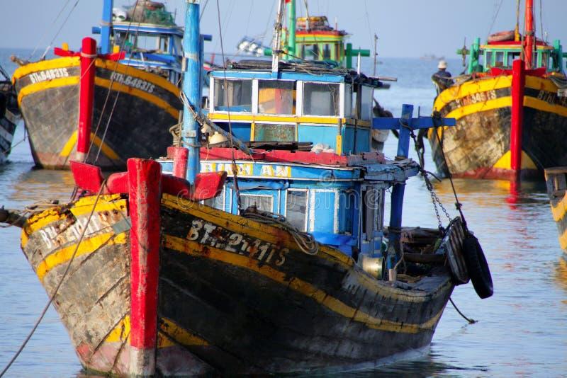 Bunte Fischerboote in der Bucht von Mui Ne, Vietnam stockfotos