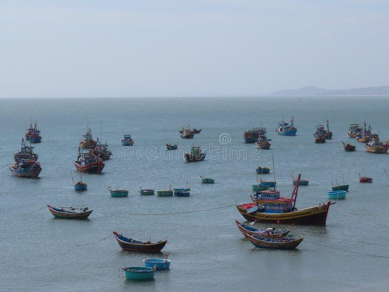 Bunte Fischerboote schwimmen in den Hafen von Mui Ne, Vietnam stockbild