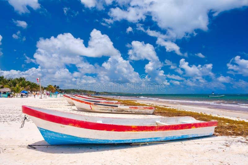 Bunte Fischerboote am Strand in Tulum in Mexiko stockbilder
