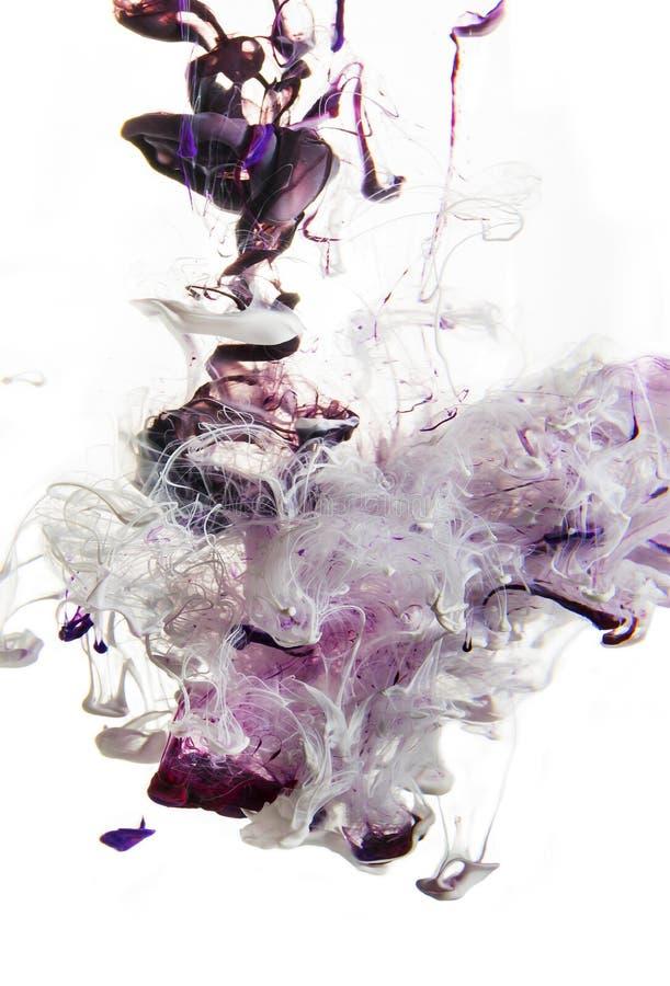 Bunte Flüssigkeiten Unterwasser violett magentarote Mischung mit Weiß in der rosa Farbzusammensetzung lizenzfreie stockbilder