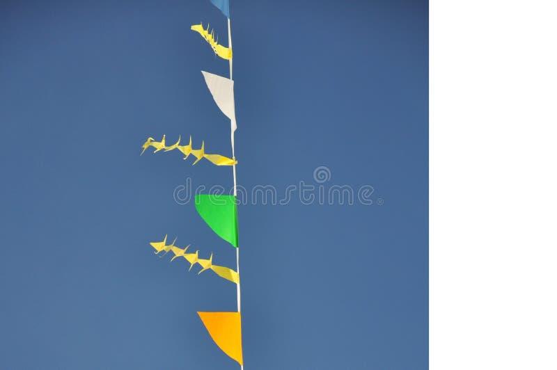 Bunte Flagge und blauer Himmel stockbild