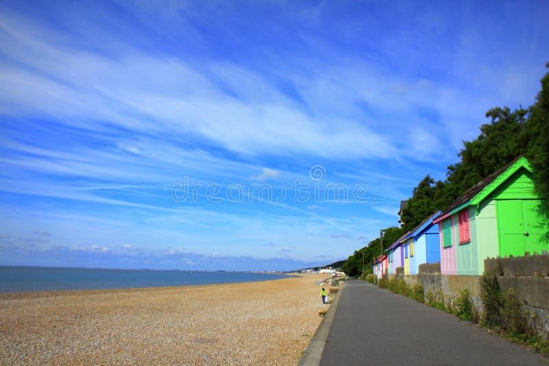 Bunte Folkestone-Strandansicht Kent Großbritannien lizenzfreie stockbilder
