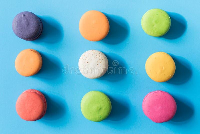 Bunte französische macarons lizenzfreie stockbilder