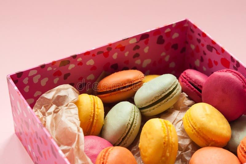 Bunte französische Makronen auf dem rosa Hintergrund stockbild