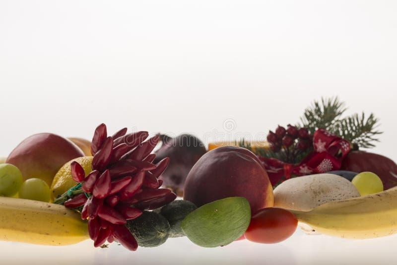Bunte Frucht und Gemüsekranz lizenzfreies stockfoto