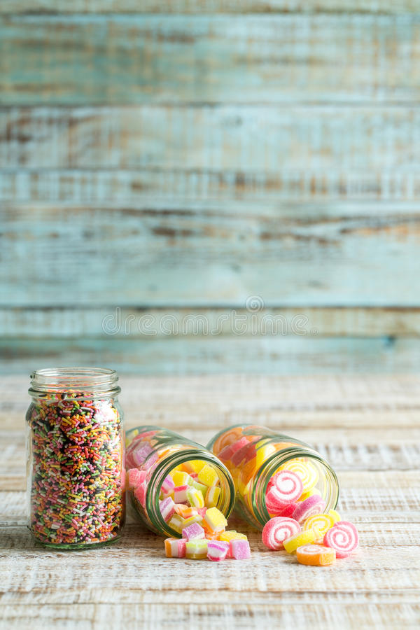 Bunte Fruchtgeleesüßigkeit auf hölzernem stockbilder