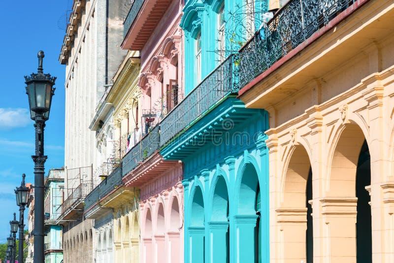 Bunte Gebäude in altem Havana stockfotos