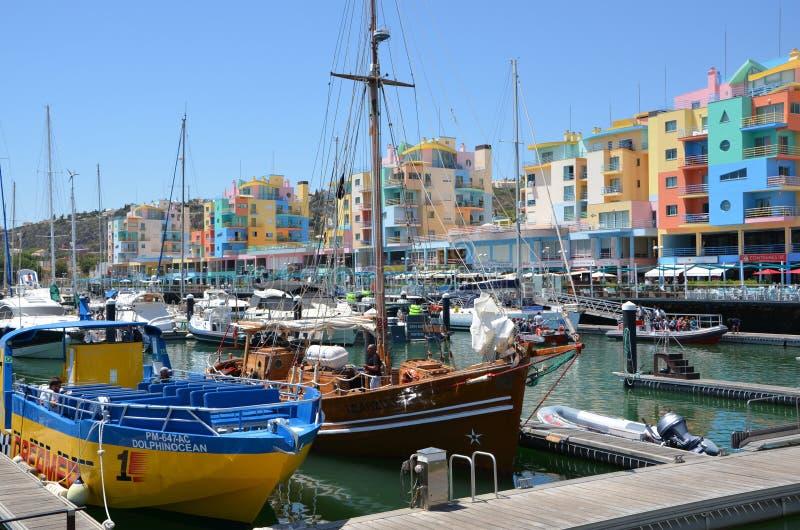 bunte Gebäude in der Marina von Albufeira in Portionen stockbild