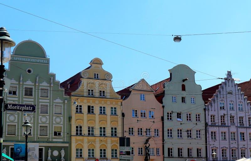 Bunte Gebäude in Folge in Augsburg, Deutschland lizenzfreies stockbild