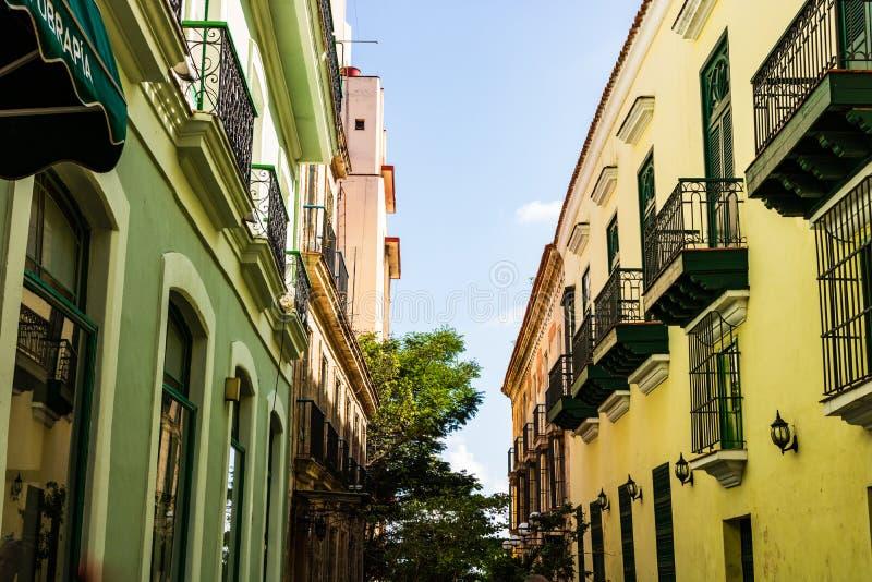 Bunte Gebäude und historische Kolonialarchitektur in im Stadtzentrum gelegenem Havana, Kuba lizenzfreie stockfotos