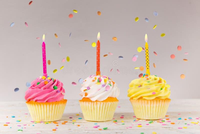 Bunte Geburtstagsschale backt auf hölzernem Hintergrund zusammen stockfotografie