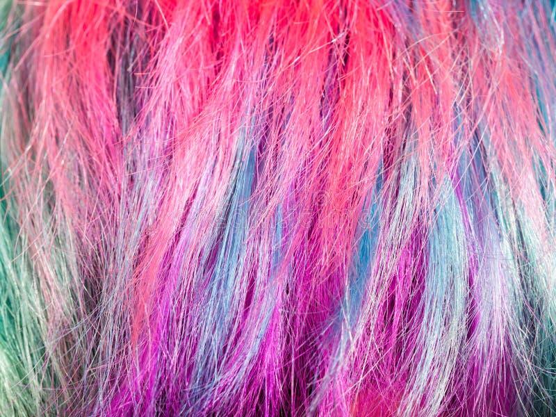 Bunte gefärbte Stränge von weiblichen Haaren lizenzfreie stockfotos