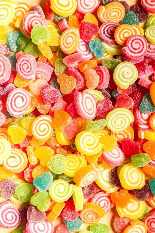 Bunte Gelees und Herz-förmiger Hintergrund der Süßigkeitsbonbons lizenzfreies stockbild