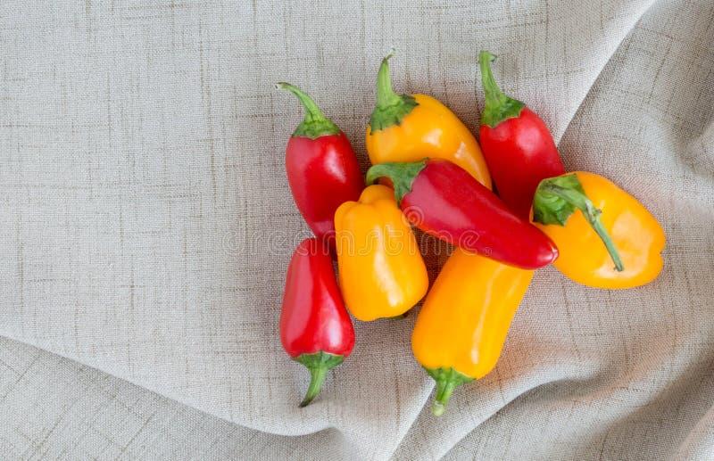 Bunte Gemüsepaprikas auf einem Leinenstoff mit Kopienraum stockfotos