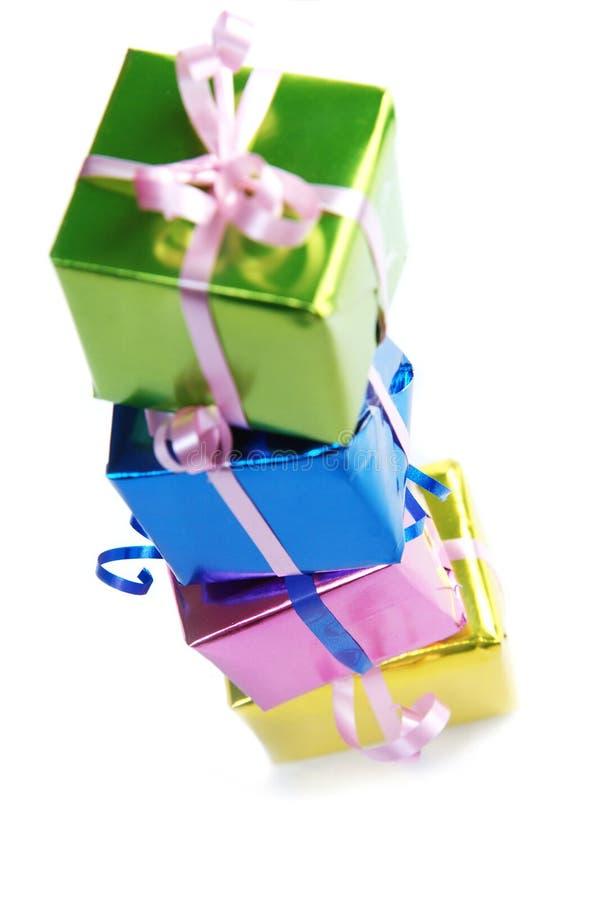 Bunte Geschenkkästen auf Weiß stockfoto