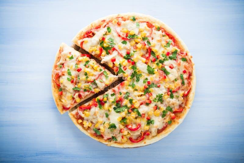 Bunte geschnittene Pizza mit Draufsicht des Mozzarellakäses, -huhns, -Zuckermais, -Gemüsepaprikas und -petersilie lizenzfreie stockbilder