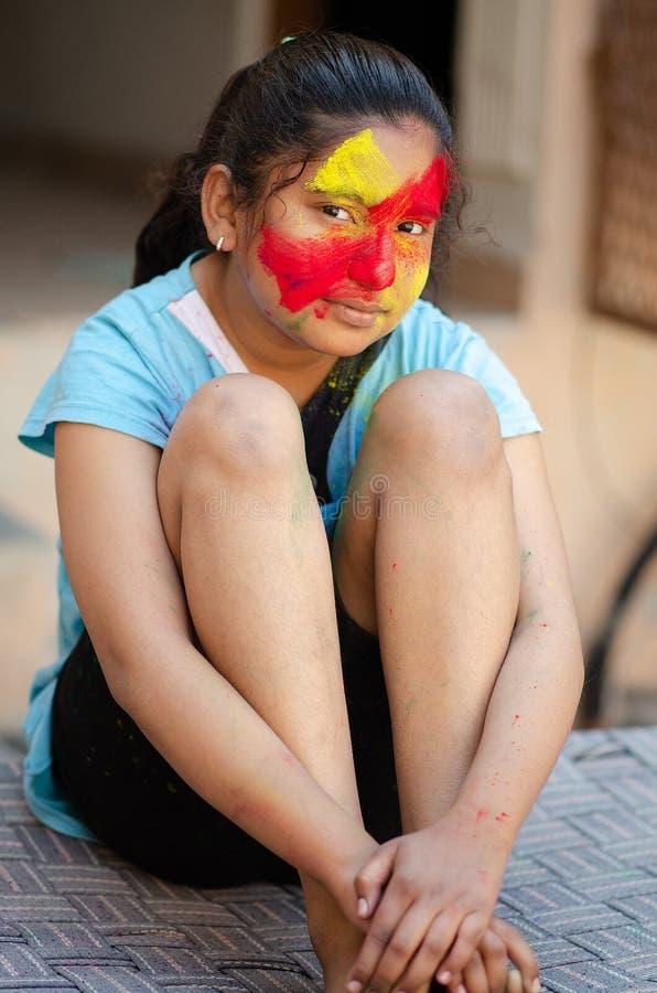Bunte Gesichtsfarbe Mode-Modell-Girl Schönheitsmode-Kunstporträt des Schönheitsmädchens mit flüssigem flüssigem Farbe holi, stockbild