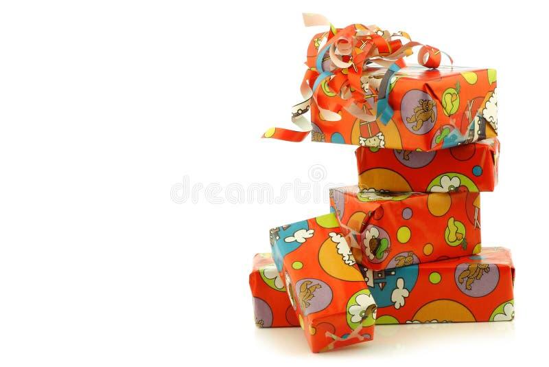Bunte gestapelte Sinterklaas Geschenke stockfoto