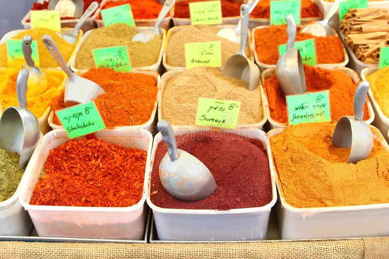 Bunte Gewürze der Zusammenstellung, Carmel-Markt, Tel Aviv stockbilder